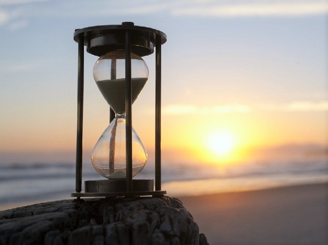 una-manciata-di-sabbia-clessidra-tempo
